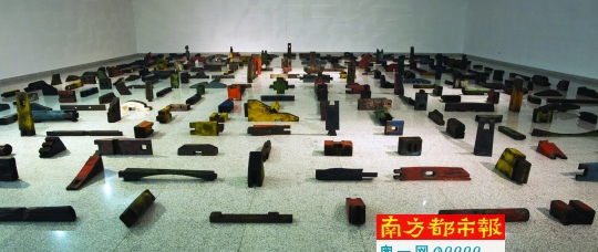 《大木作》,傅中望,木,尺寸可变,2014年。 南都讯 记者黄茜 发自北京 有的艺术家每时每刻追求变化,如大卫霍克尼,另一些则一生埋首浸泡于同一主题,如傅中望。4月18日,开物:傅中望个展在北京泉空间举行,数十件以榫卯结构为题材的雕塑、装置同时亮相,古雅、厚重、别致,呈现傅中望二十多年来思考的脉络和难得的定力。 开启榫卯系列 傅中望1956年出生于湖北黄陂,1982年毕业于中央工艺美院特艺系。因出生于木匠家庭,祖父和父亲都是修筑寺庙的掌脉师,傅中望从小耳濡目染,做木工手艺极尽灵巧。文革