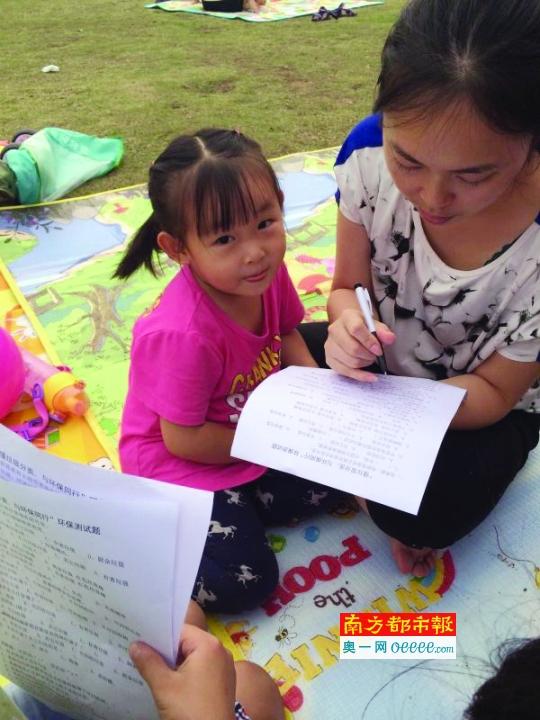 小学生们针对垃圾分类的常识制作了六十余份调查问卷,并准备了