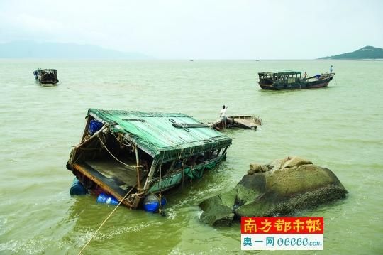 """""""     记者在现场看到,一艘长约10米的大木船正在被村民绑上胶桶,等待"""
