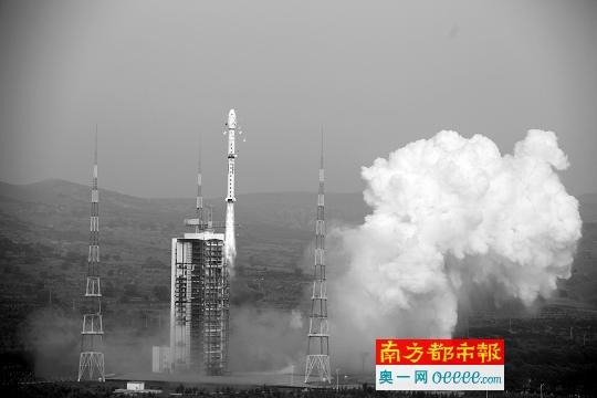 8月10日,我国用长征四号丙运载火箭成功将高分三号卫星发射升空。 新华社发 据新华社电 北京时间10日6时55分,我国在太原卫星发射中心用长征四号丙运载火箭成功将高分三号卫星发射升空。这是我国首颗分辨率达到1米的C频段多极化合成孔径雷达(SAR)成像卫星。 全天候全天时监控海洋陆地 高分三号卫星是我国国家科技重大专项高分辨率对地观测系统重大专项的研制工程项目之一,具有高分辨率、大成像幅宽、多成像模式、长寿命运行等特点,能够全天候和全天时实现全球海洋和陆地信息的监视监测,并通过左右姿态机动扩大对地观测范