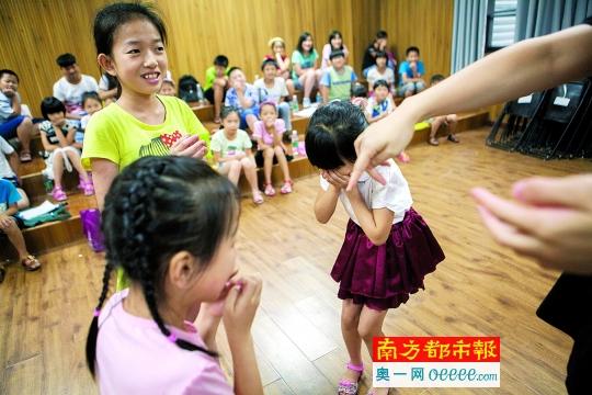 已经学习完所有曲目的孩子们,目前正在努力学习舞蹈动作,让音乐会的呈